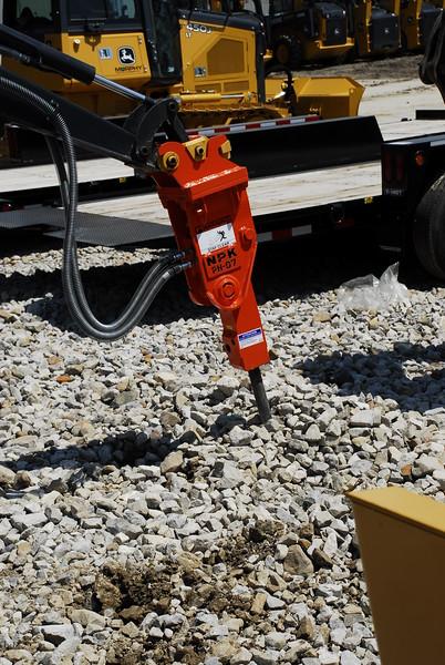 NPK PH07 hydraulic hammer on Deere mini excavator (51).JPG