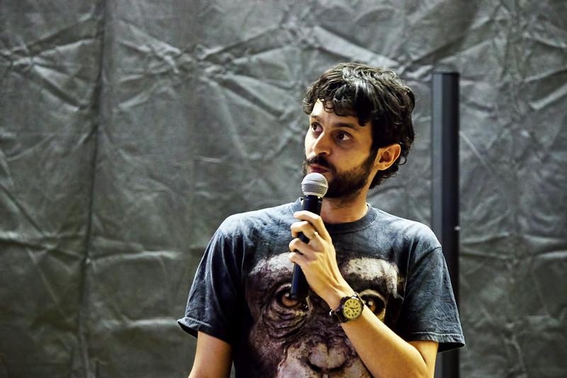 Daniel Špaček s opicí přednáší o tom, co se dělo v zákulisí seriálu Kosmo. Jeho přednáška byla rozhodně o poznání zábavnější než seriál samotný.