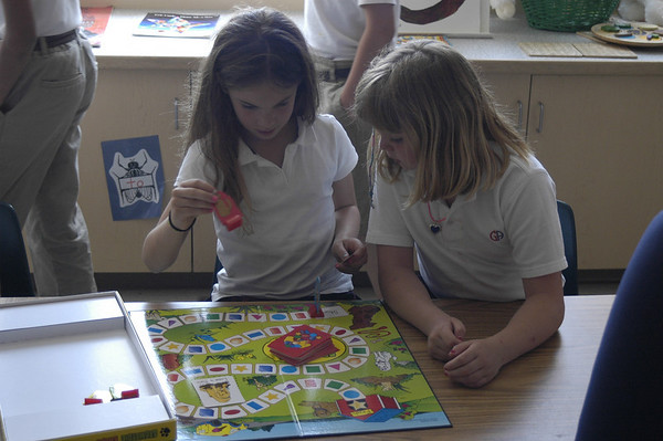 Kindergarten Circles play games with 3K