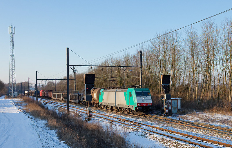 2821 escorts the FE 44521 (Antwerp - Gremberg/D) through the Remersdaal interlocking.