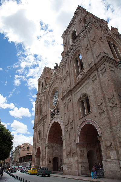 The new cathedral just beside Calderón park.