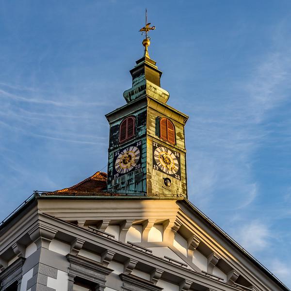 Spaziergang in Ljubliana: Die eigenartige Uhr des Rathauses