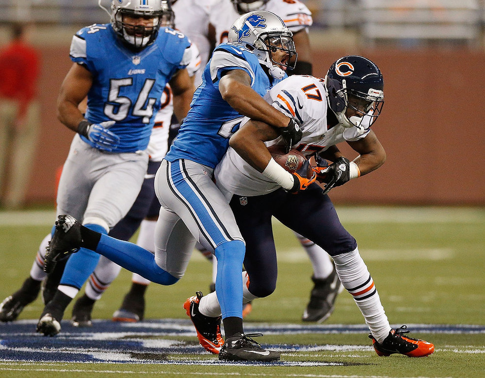 . Alshon Jeffery #17 of the Chicago Bears battles for extra yards after a second quarter catch while being tackled by Pat Lee #27 of the Detroit Lions at Ford Field on December 30, 2012 in Detroit, Michigan. (Photo by Gregory Shamus/Getty Images)