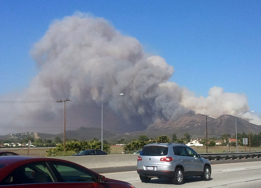 . A smoke plume is seen from a fast moving brush fire in the Camarillo Springs area of Ventura County May 2, 2013.  REUTER/Gene Blevins