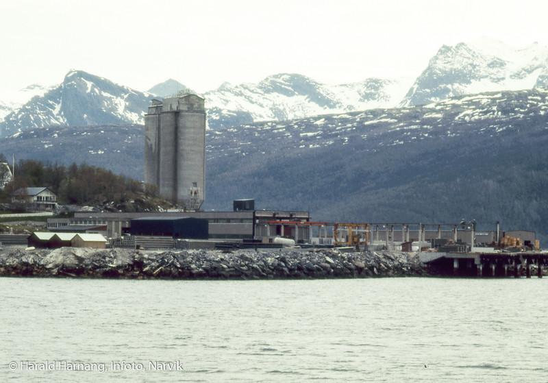 Bilde i serie fra Kjøpsvik i Tysfjord kommune. Norcems siloer i bakgrunnen. I forgrunnen spennbetongfabrikk. foto fra fergekaia.