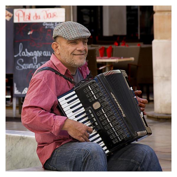 Street musician in Nimes