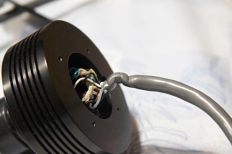 Nadat ik de trekontlasting met veel moeite had verwijderd werd er een behoorlijk afgeklemde en geknikte kabel zichtbaar: Ik denk dat hier de breuk gezeten moet hebben.