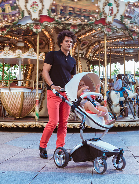 Mima_Xari_Lifestyle_Snow_White_Rose_Gold_Chassis_Dad_Walking_By_Merry_Go_Round.jpg
