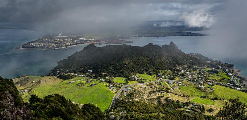 Blick vom «Mount Manaia» Richtung «Mount Aubrey» und Ölraffinerie