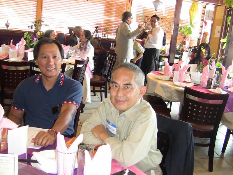 gs Trương Bổn Tài (phải)