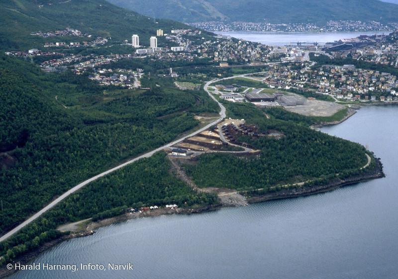 Flyfoto av Narvik og med Orneshaugen i forgrunnen. Midt på er tidligere campingplass med et antall campinghytter. KV-er bygget, men VINN-bygger er ikke satt opp.