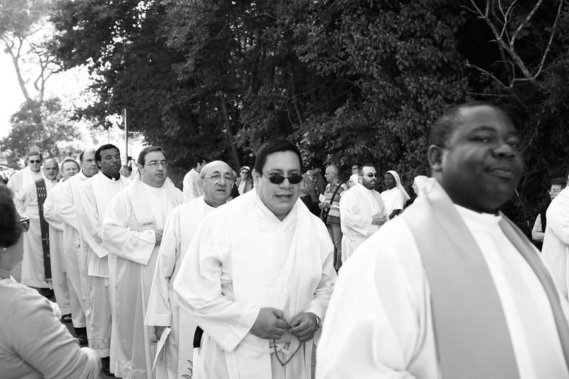 sacerdonti in processione