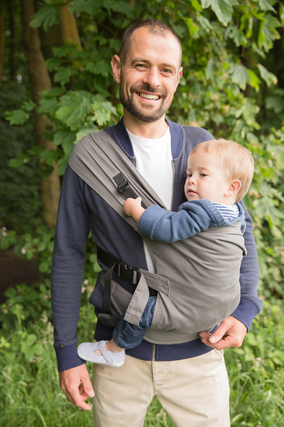 Izmi_Toddler_Carrier_Cotton_Mid_Grey_Lifestyle_Side_Carry_Dad_Smiling_Zoom.jpg