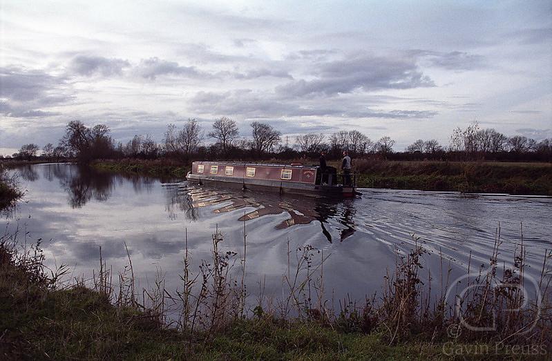 Longboat_on_Thames.jpg