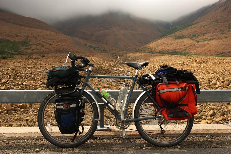 <html><span class=fre>Mon vélo et Tablelands - Parc national de Gros Morne, Terre-Neuve</span> <span class=eng>My bike and the Tablelands - Gros Morne national park, Newfoundland</span></html>