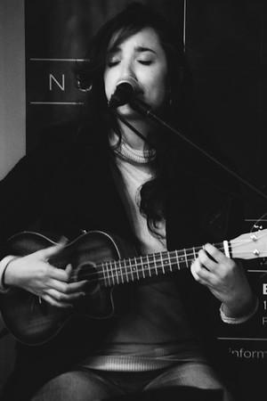 La chica del ukelele 1