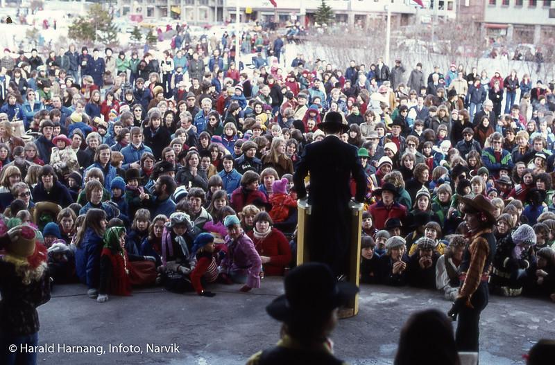 Bilde fra Vinterfestuka, ikke klart årstall. Det kan ha vært tidlig 80-tall. VU-åpning på festplassen (Haikjeften).