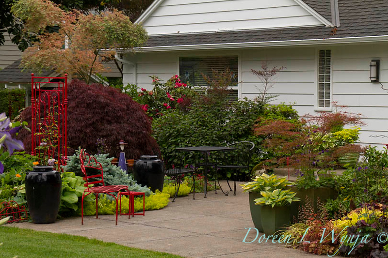 Red wrought iron garden accents_5482.jpg
