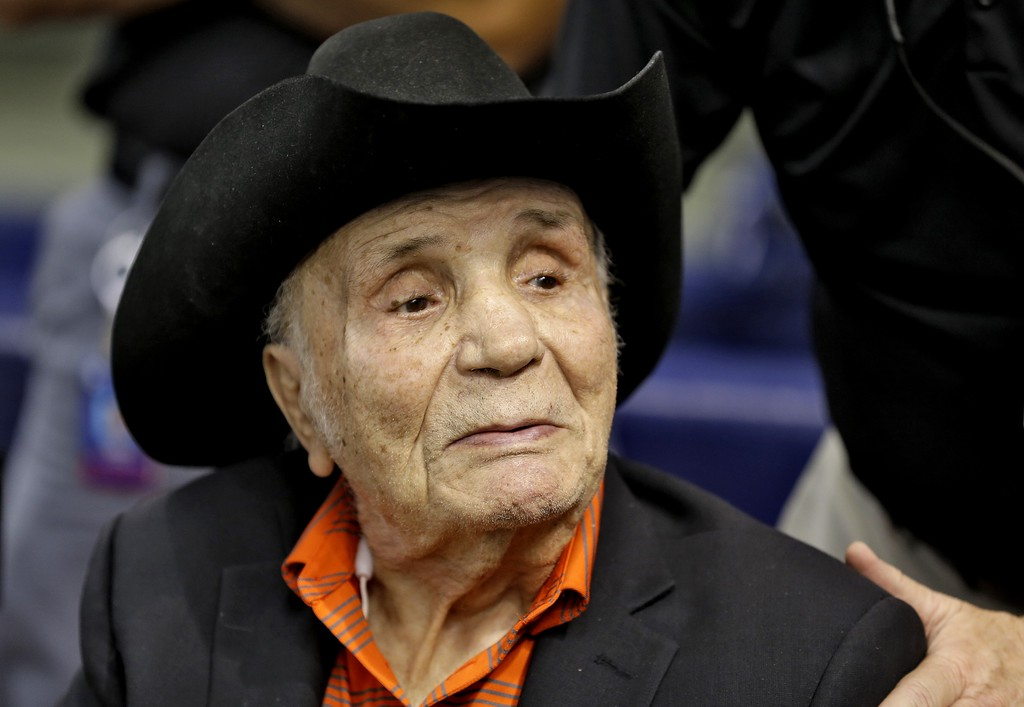 . Former middleweight boxing champion Jake LaMotta watches batting practice before a baseball game between the Tampa Bay Rays and the New York Yankees Tuesday, Sept. 15, 2015, in St. Petersburg, Fla.  (AP Photo/Chris O\'Meara)