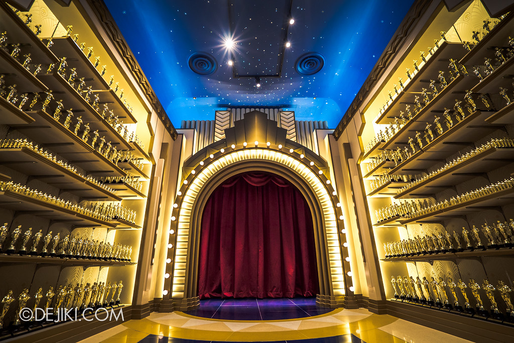 Universal Studios Singapore - Silver Screen Store - Oscar Trophy Corridor