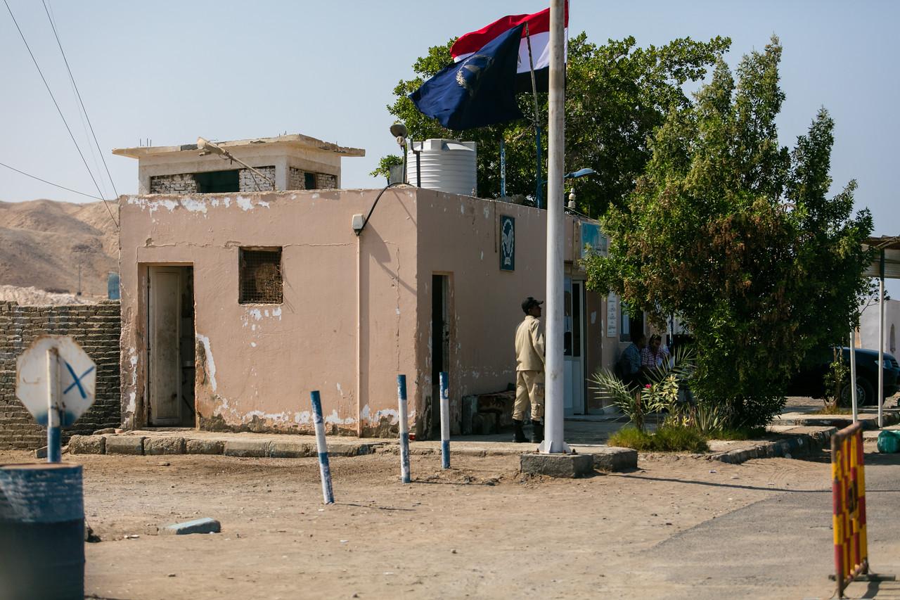 Egipt; PrzezOknoAutobusu; Safari; posterunek kontrolny