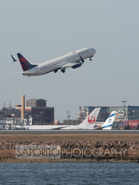 Delta 737-900 departs