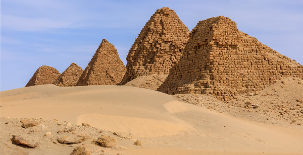 Von rechts nach links: Nu 5 Malonaqen, Anlamani, Nu 8 Aspelta, Nu 9 Aramatelqo, Nu 10 Amaninatakilebte, Nuri, Sudan