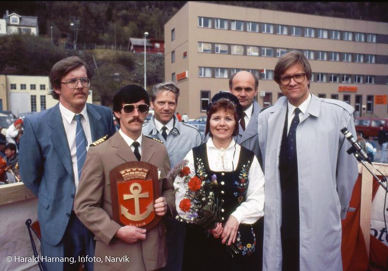 Antatt dåp av nytt skip, en katamaran som også fikk navn Skogøy. Fra venstre adm.dir i ODS, Bjørne Øverås, så kaptein Kristen Pedersen, ukjent, gudmor som er kona til styreleder Tor Strand (helt til høyre), og bak ordfører Odd Andreassen.