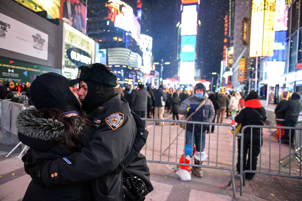 . A New York police officer kisses his wife in Times Square during New Year\'s Eve celebrations, Sunday, Dec. 31, 2017, in New York. (AP Photo/Go Nakamura)