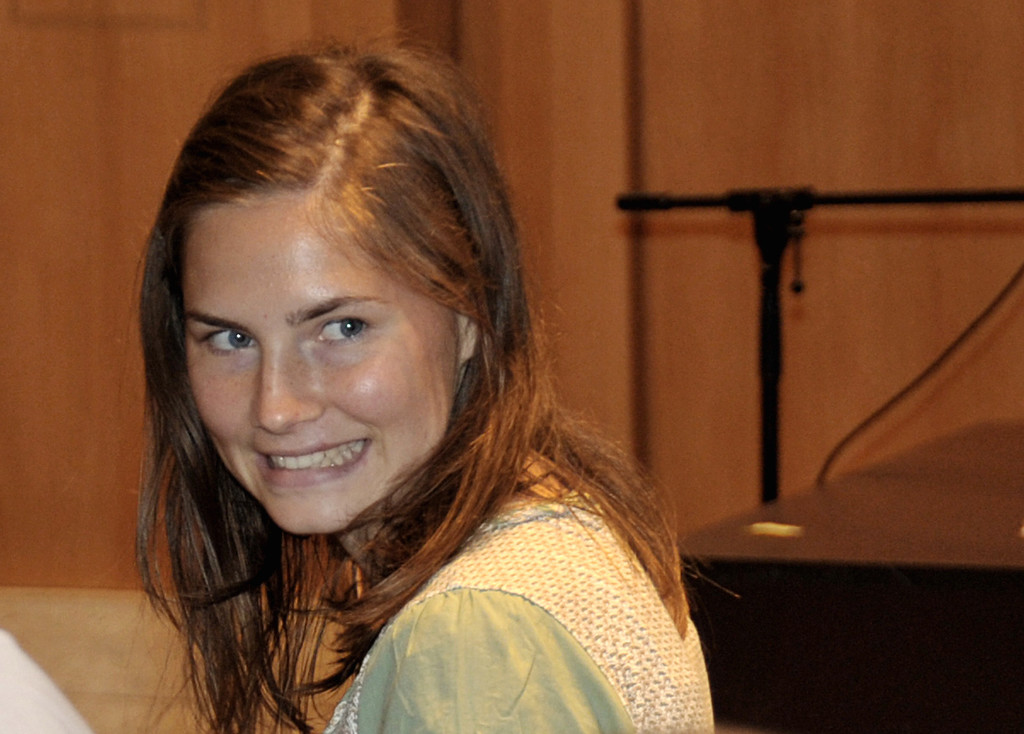 . US murder suspect Amanda Knox smiles prior to the start of a hearing in the Meredith Kercher murder trial, in Perugia, Italy, Saturday, July 4, 2009. Knox and her former Italian boyfriend, Raffaele Sollecito, are on trial for the murder of Knox\'s British roommate, student Meredith Kercher, found dead in the house they shared on Nov. 2007. (AP Photo/Stefano Medici)