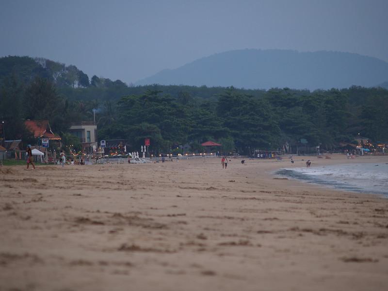 Ikke av de hviteste strendene i Thailand, men en av de deiligste. --- Not among the whitest beaches in Thailand, but definitely one of the more pleasant. (Foto: Geir)