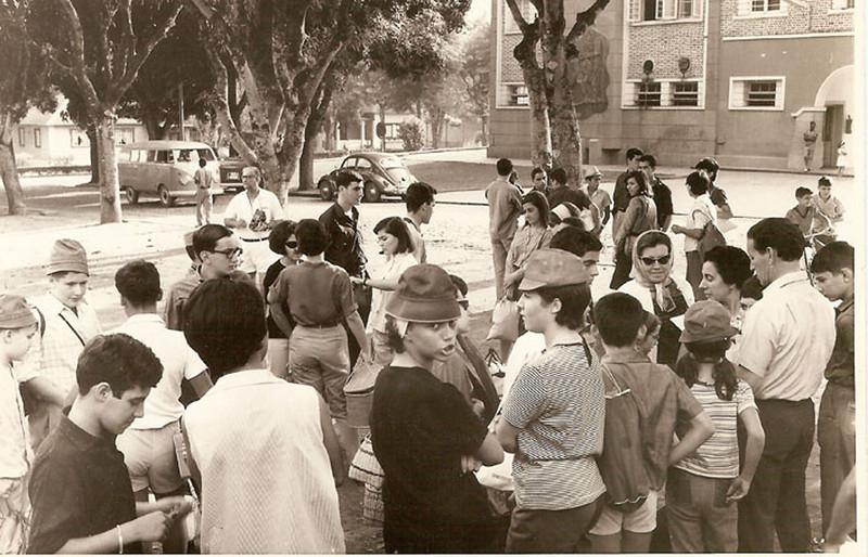 Estudantes em frente da Casa do Pessoal do Dundo, prontos para visitar a Zona Leste