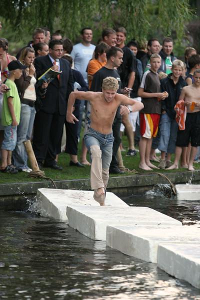 Waterspelshow 'Snel Hoog en Droog' in het water van de Oude Rijn. Najaarsfeest Oranjevereniging Katwijk aan den Rijn.