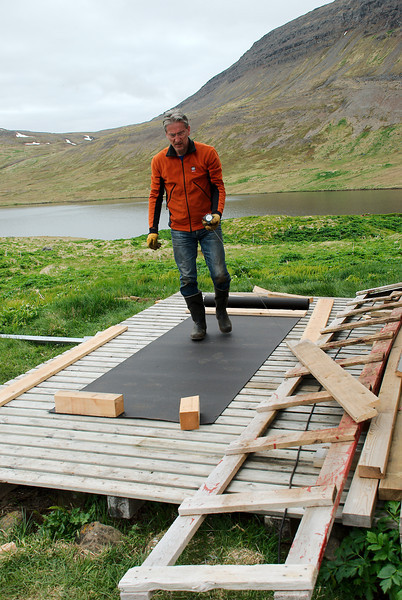 Þorleifur mælir tjörupappann