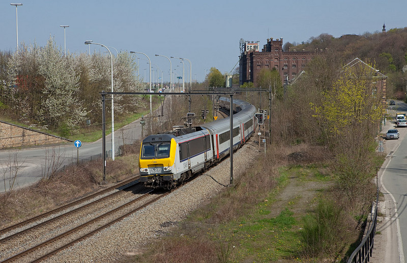 1346 with IC Maastricht/NL - Ostende passes Hermalle-sous-Argenteau. This is probably the most scenic location on the L40, the Meuse valley line. The ICs run in push-pull configuration with a cab control car on the north end and (luckily) the engine on the south end.