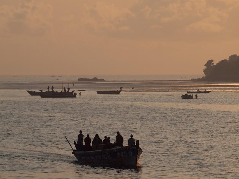 Pendlere i morgensol ved Dar Es Salaams havn  (Foto: Ståle)