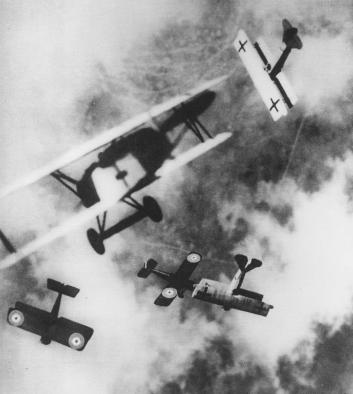 . British SE-5s locked in aerial combat with German Fokker D7s, circa 1915.   (Photo by Hulton Archive/Getty Images)