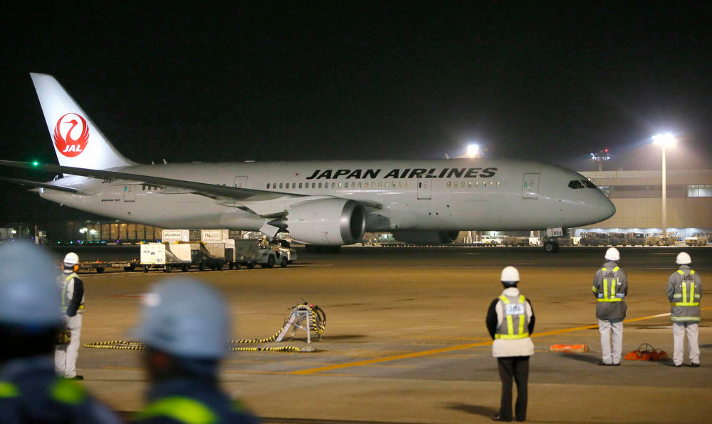 Description of . Japan Airlines' (JAL) Boeing Co's 787 plane which encountered the mishap of a fuel leak arrives at New Tokyo international airport in Narita, east of Tokyo, in this photo taken by Kyodo on January 9, 2013. The U.S. Federal Aviation Administration said on January 16, 2013 it would temporarily ground Boeing Co's 787s after a second incident involving battery failures caused one of the Dreamliner passenger jets to make an emergency landing in Japan.   REUTERS/Kyodo