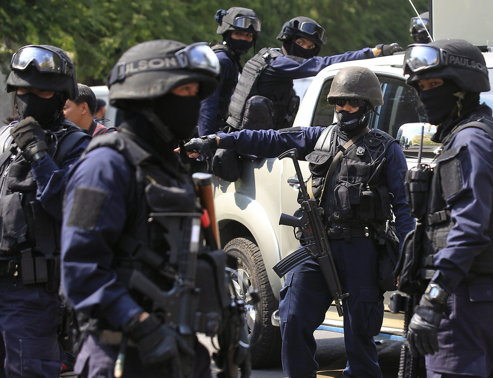 . Thai special forces police officers secure the area near Government House in Bangkok, Thailand, 18 February 2014.   EPA/NARONG SANGNAK
