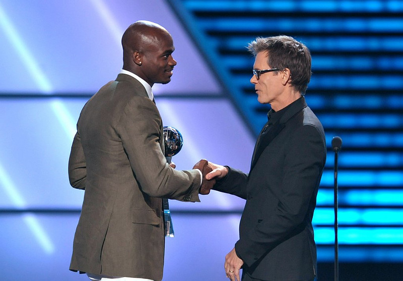. Kevin Bacon, right, presents the award for best comeback to Adrian Peterson at the ESPY Awards on Wednesday, July 17, 2013, at Nokia Theater in Los Angeles. (Photo by John Shearer/Invision/AP)
