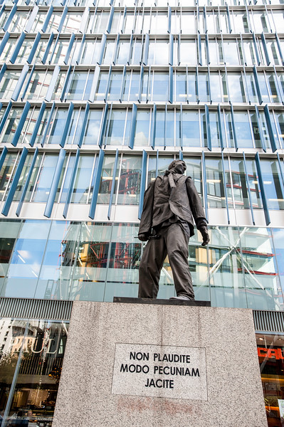 Monument to the unknown artist, ( non plaudite modo pecuniam jacite ), Bankside, London, United Kingdom
