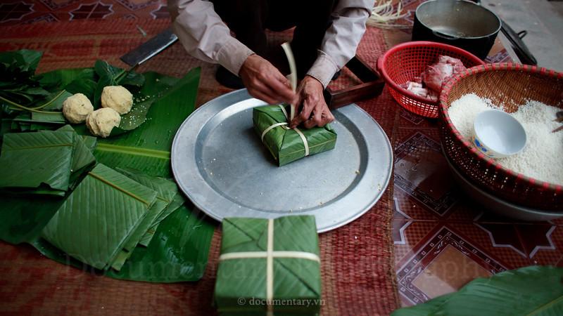 Wrapping bánh chưng (steam cake)