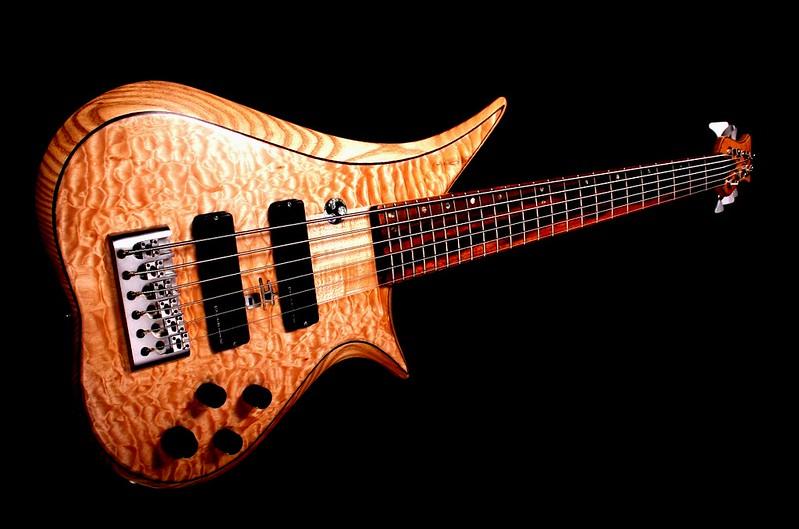 IMG_3090 BLDesign.us: 010 Marozi 6-string set-neck prototype. Photos: Marc Pagano. Slideshow Music: Nick Rosenthal and Beau Leopard.  All Content © 2005-2007 Beau Leopard Design .:. Custom Bass Guitars