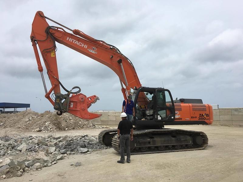 NPK U21J concrete crusher on Hitachi excavator - Aruba 5-17 (2).jpg