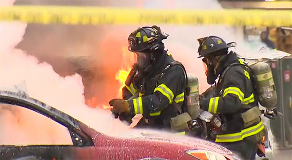 . In this image made from video provided by KOMO-TV, emergency crews respond to the scene of a news helicopter crash outside the KOMO-TV studios near the space needle in Seattle, Tuesday, March 18, 2014, in Seattle.  (AP Photo/Courtesy KOMO-TV)