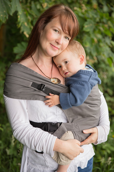 Izmi_Toddler_Carrier_Cotton_Mid_Grey_Lifestyle_Side_Carry_Toddler_Resting_On_Mum.jpg