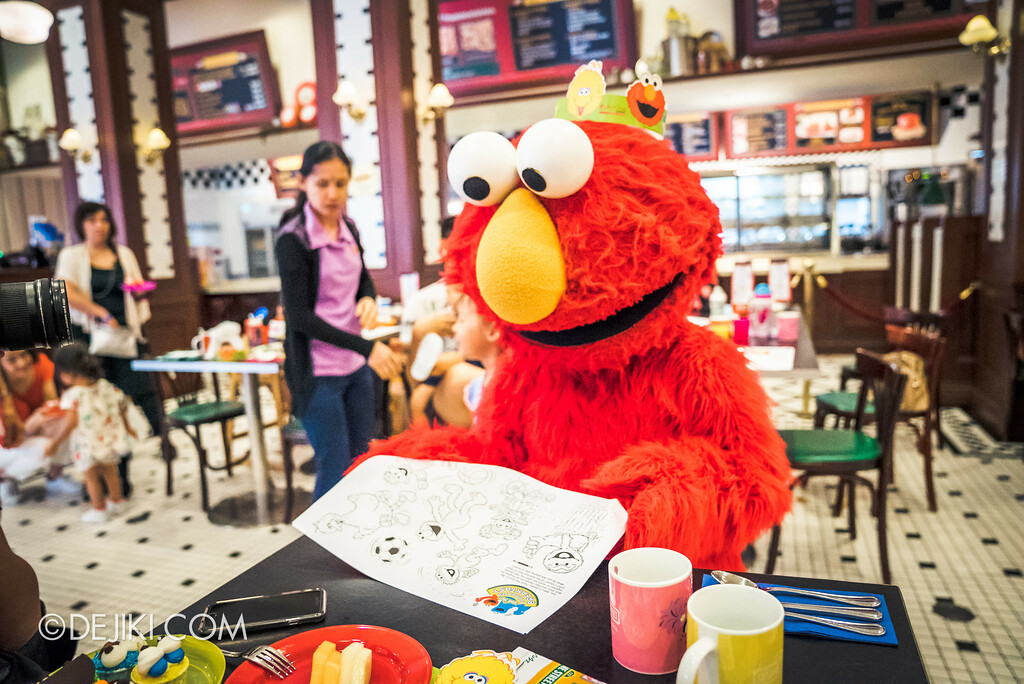 Universal Studios Singapore - Park Update 2017-01 / Sesame Street Character Breakfast - Elmo and colouring paper