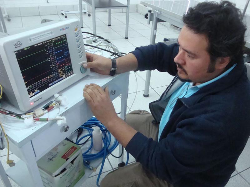 Vet school Lima Ricardo Palma surgical laboratory monitoring equip.JPG