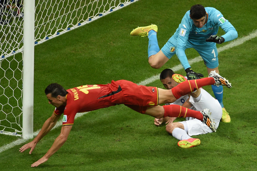 . US forward and captain Clint Dempsey (C), Belgium\'s goalkeeper Thibaut Courtois (R) and Belgium\'s defender Daniel Van Buyten (L) vie for the ball during a Round of 16 football match between Belgium and USA at Fonte Nova Arena in Salvador during the 2014 FIFA World Cup on July 1, 2014.     AFP PHOTO / PEDRO UGARTE/AFP/Getty Images