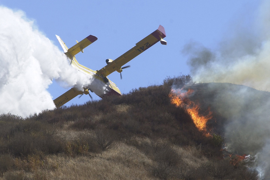 . VAL VERDE FIRE--A super scooper makes a drop near Val Verde Park.   10.24.03   Photo by David Crane/Daily News